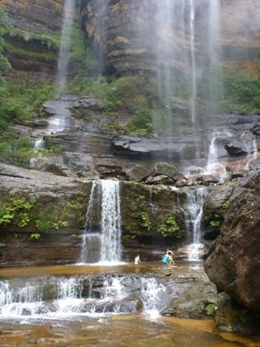 滝壺で遊ぶ女子学生2