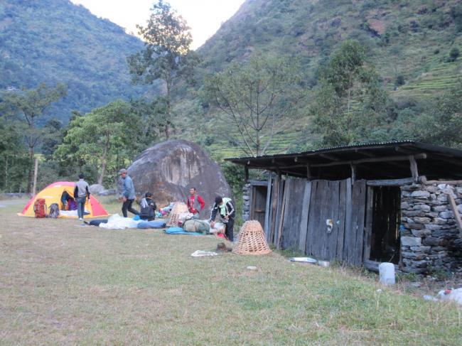 朝のテント地