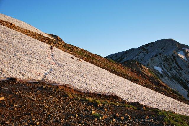 小屋前の雪渓