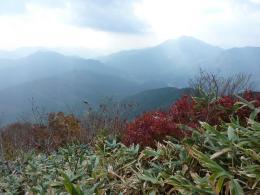 山頂での景色は素晴しい!!ツツジの紅葉 笹の尾根
