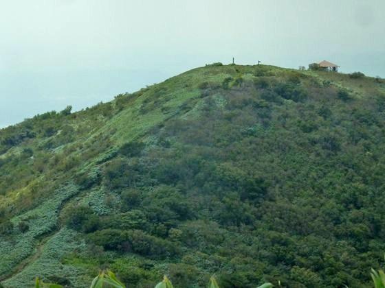 山頂の稜線 絶景の中 那岐山頂 小屋へと歩く