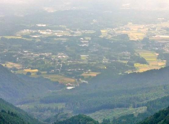 山頂から南眼下に那岐町&日本原演習地など眺める、