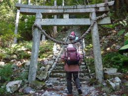 滝神社の鳥居をくぐる登山道