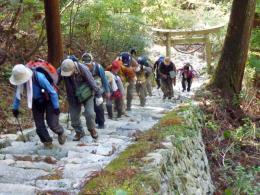 9:40 急坂の石段は奥宮へと続く