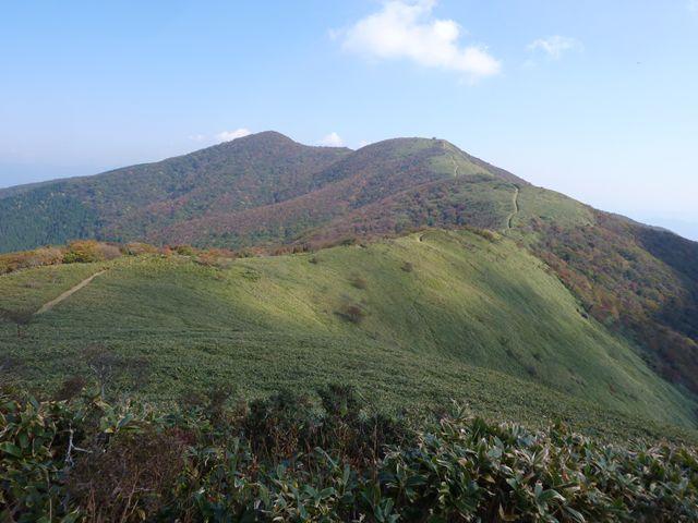 滝山 山頂から那岐山へと紅葉が始まった稜線の風景