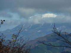 大山 雪帽子に雲が撒いて・・・ 望遠で撮影