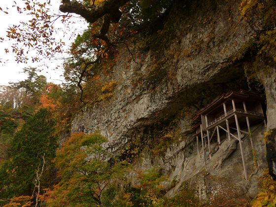 国宝『投入堂』三徳山の北側の断崖絶壁の岩壁の中に建てられている。