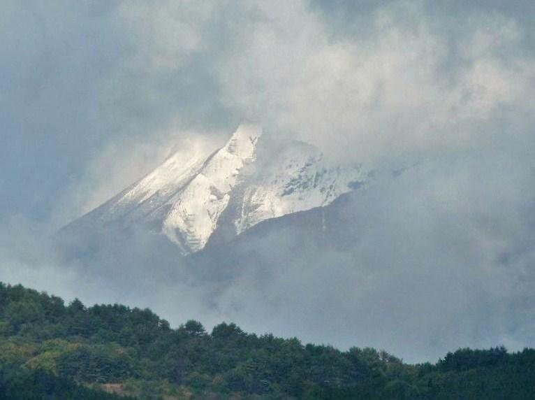 雲の切れ間から・・・突然に現れた 大山の雪景色