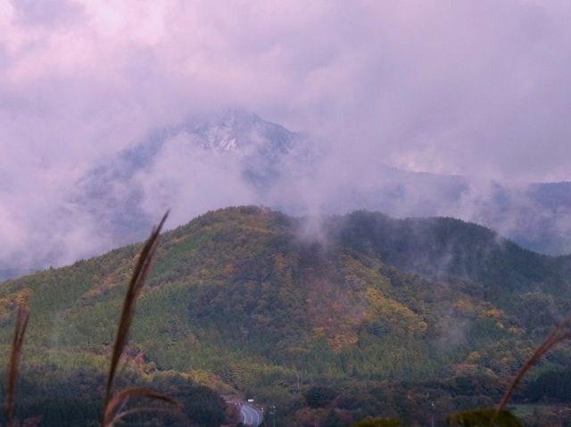 三平山 後方 雲間に聳える大山