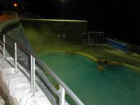 バンフ ノーケイ山・ロッキーの山並みを展望 (温泉)プール