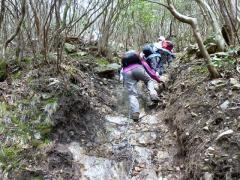 13時30分 深い沢も荒々しい岩面 鎖道