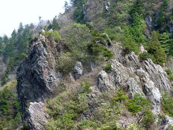 嶮しい岩場での展望 歩いた尾根のコースを眼下にする、指