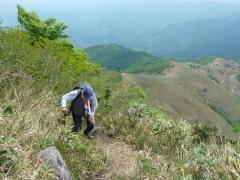 最後の難所 急坂を一歩一歩登るー頂上はもう直ぐ