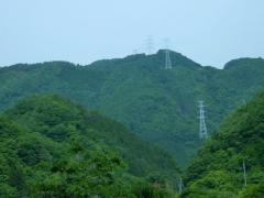 成羽川沿い県道33号から緑深く高い山々を眺める、