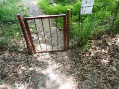 イノシシ防柵を開いて登山道に入る。