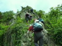 9:40 登山道 最初から岩壁をよじ登る。