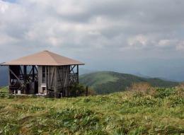 頂上稜線の展望小屋は立ち入り禁止(鳥取県から修理の2人が来ていました。此処は鳥取県