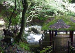 蛇渕の滝と苔の東屋 静かなる風情