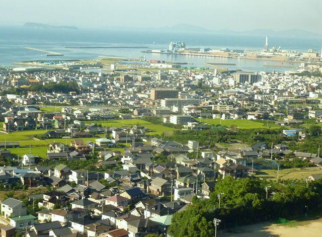 約3時間のバス 車窓に香川県 海辺の街並を眺める