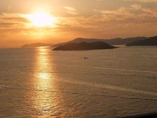西陽が瀬戸内海を染めて…バスは岡山へと近くなる。