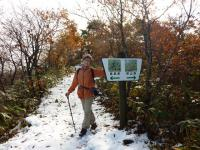 稜線の雪道歩き 此処が県境