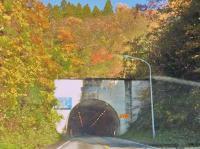 明地トンネル入口 岡山県  トンネルの真中が県境 表示されてます。
