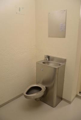inside_breiviks_cell_in_norwegian_prison_640_high_07.jpg