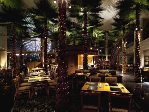 パンパシフィック横浜ベイホテル東急(横浜市西区)は現在、同ホテル内「カフェトスカ」にて、毎年恒例のハワイをテーマにしたフェア「ナイト・キッチンスタジアム in Hawaii」を開催している。9月2日まで。
