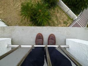 灯台の外で靴