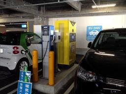 隣のVOLVOは充電できないのになんでこのスペースに駐車しておくかなぁ?