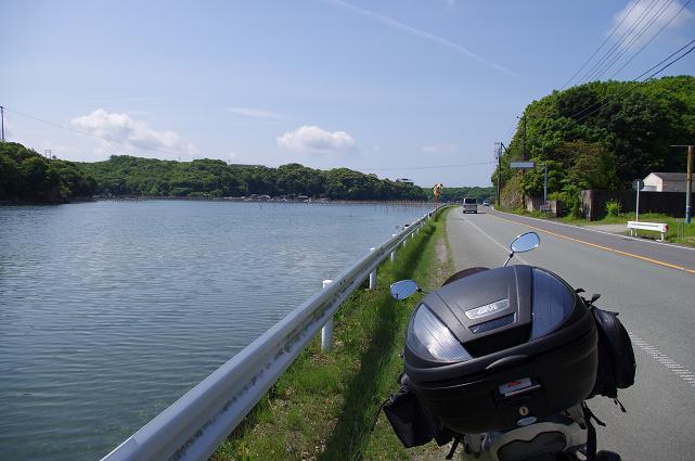 8長閑な入り江沿いの道を進む