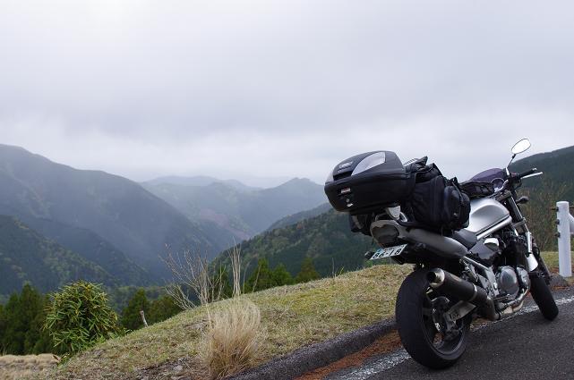 13霧立つ山々を眺める
