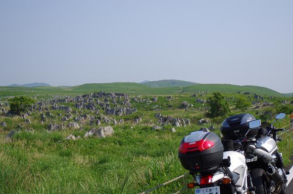16カルストに広がる岩達を眺める