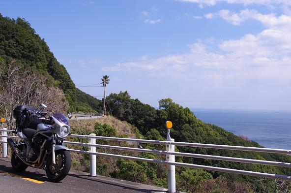8海沿いの高台を走る