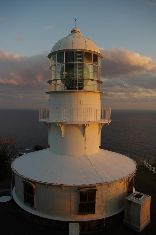 25夕日に照らされる室戸岬灯台