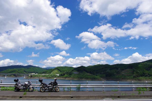 11嘉瀬川ダムにかかる銀河大橋を眺める