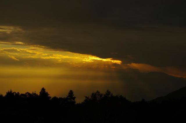 28雲間から差し込む夕日の光