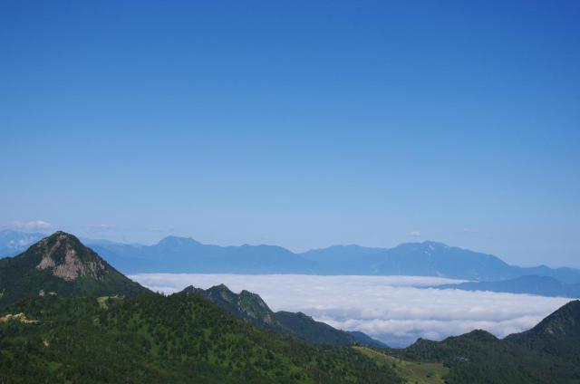 10麓の町を飲み込む雲海