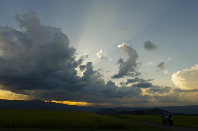31雲の上を走る光