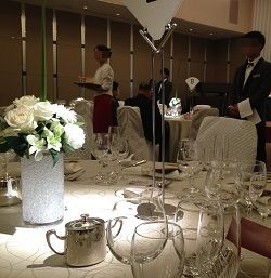 ホテルでお食事、グラスがいっぱい