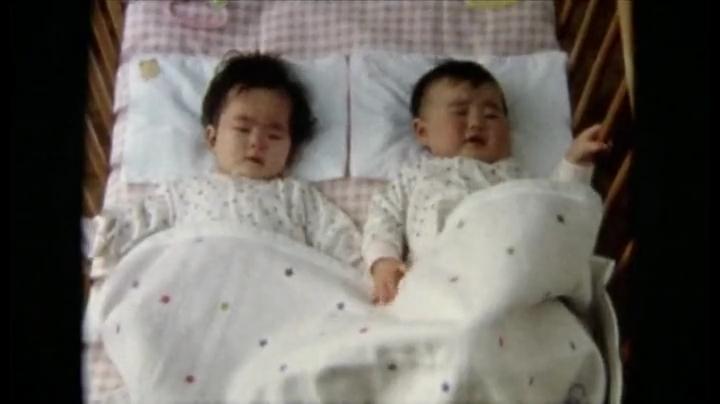 「由里子と具里子」第1話、赤ん坊時代写真