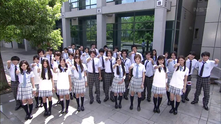 生徒達勢揃いでのグータッチ(?)