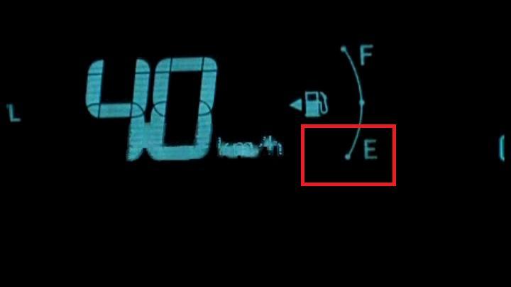 これがトヨタのプリウス、燃料警告灯(アラーム&ランプ?)だ!(点滅、消)