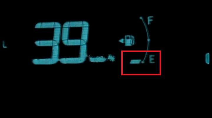これがトヨタのプリウス、燃料警告灯(アラーム&ランプ?)だ!(点滅、付)