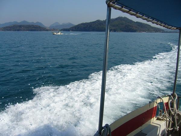 粟島へコバルトブルーの海