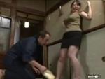 本日の人妻熟女動画 : 【素人】ゴキブリよ~!どさくさに紛れてイタズラされちゃう人妻♪