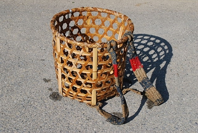 640px-Basket_to_carry_on_its_back,Shoi-kago,Katori-city,Japan