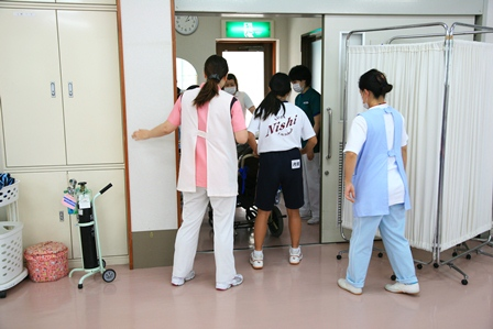 看護補助者と特浴1