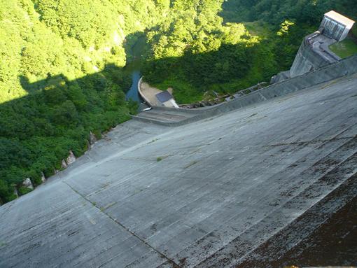 ダム反対側