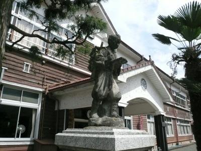 昔の校舎と二宮金次郎像